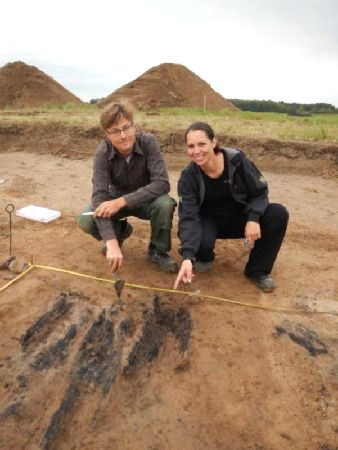 Søren M. Sindbæk and Nanna Holm show the remains of the charred planks at one of the gateways to the fortress. -  © The Danish Castle Centre